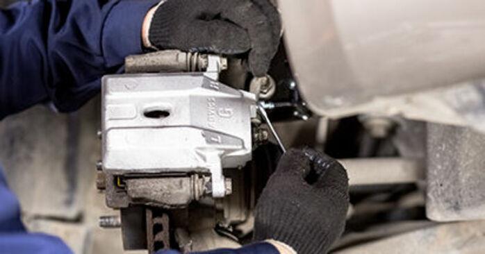 Schritt-für-Schritt-Anleitung zum selbstständigen Wechsel von Toyota Prius 2 2009 1.5 (NHW2_) Bremssattel