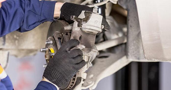 Wie schwer ist es, selbst zu reparieren: Bremssattel Toyota Prius 2 1.5 (NHW2_) 2009 Tausch - Downloaden Sie sich illustrierte Anleitungen