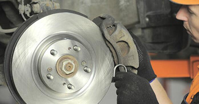 Svojpomocná výmena Brzdový kotouč na aute Honda CR-V II 2005 2.0 (RD4)