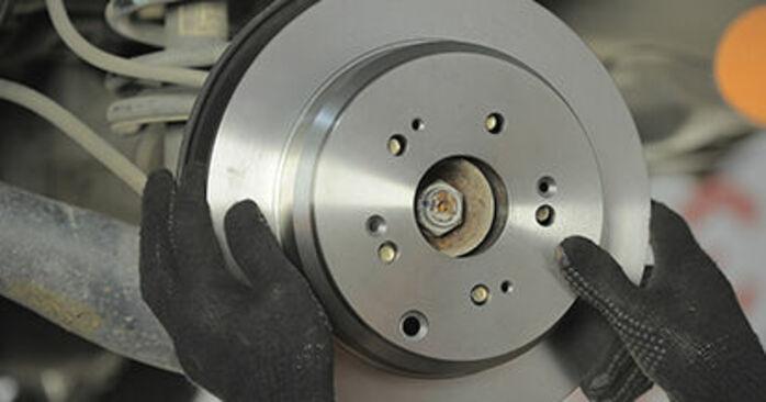 Schritt-für-Schritt-Tutorial zum eigenständigen Austausch von Honda CR-V II 2002 2.4 Bremsscheiben
