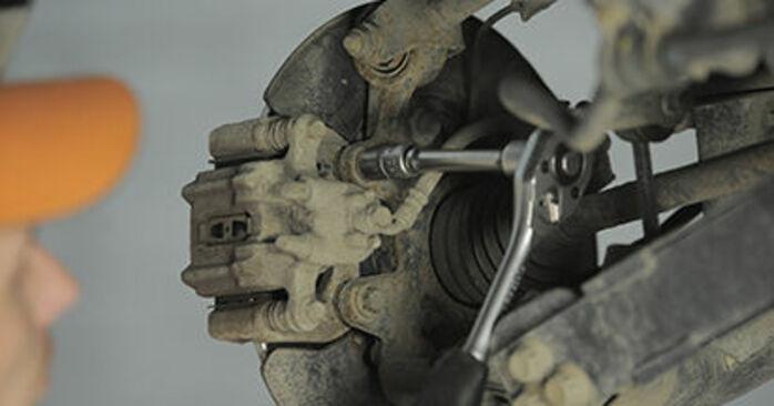 Wie man Bremsscheiben beim Honda CR-V II 2001 wechselt - Gratis PDF- und Video-Tutorials