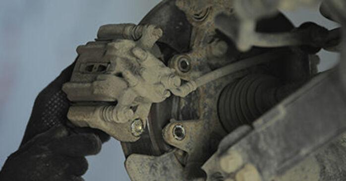 Tauschen Sie Bremsscheiben beim HONDA CR-V II (RD_) 2.4 Vtec 4WD 2004 selbst aus