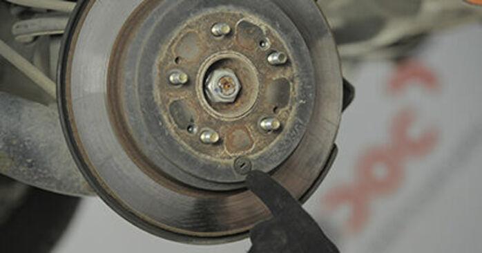 Wie schmierig ist es, selber zu reparieren: Bremsscheiben beim Honda CR-V II 2.4 Vtec (RD6) 2001 wechseln – Downloaden Sie sich Bildanleitungen
