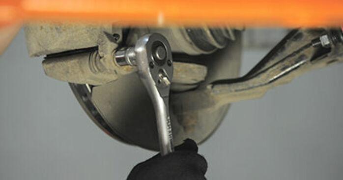Schritt-für-Schritt-Tutorial zum eigenständigen Austausch von Honda CR-V II 2002 2.4 Bremsbeläge