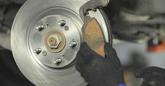Wie schmierig ist es, selber zu reparieren: Bremsbeläge beim Honda CR-V II 2.4 Vtec (RD6) 2001 wechseln – Downloaden Sie sich Bildanleitungen