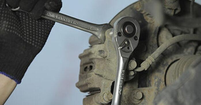 Tauschen Sie Bremsbeläge beim HONDA CR-V II (RD_) 2.4 Vtec 4WD 2004 selbst aus