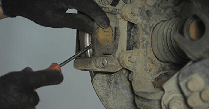 Wie schwer ist es, selbst zu reparieren: Bremsbeläge Honda CR-V II 2.4 Vtec (RD6) 2001 Tausch - Downloaden Sie sich illustrierte Anleitungen