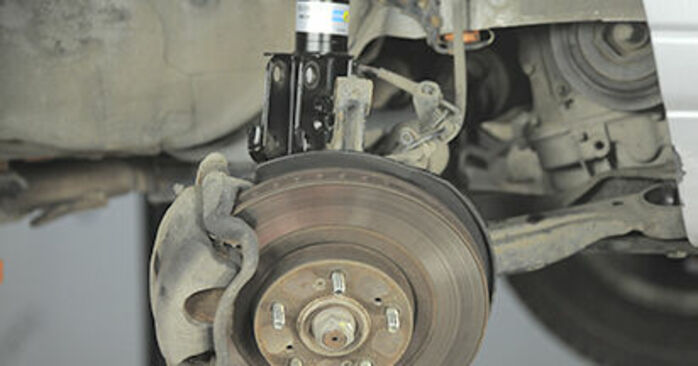 Domlager Ihres Honda CR-V II 2.0 (RD4) 2003 selbst Wechsel - Gratis Tutorial