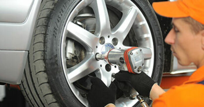 Schritt-für-Schritt-Anleitung zum selbstständigen Wechsel von Mercedes W210 1999 E 320 CDI 3.2 (210.026) Bremsscheiben