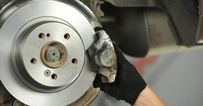 MERCEDES-BENZ E-CLASS E 220 D 2.2 (210.004) Bremsscheiben ausbauen: Anweisungen und Video-Tutorials online