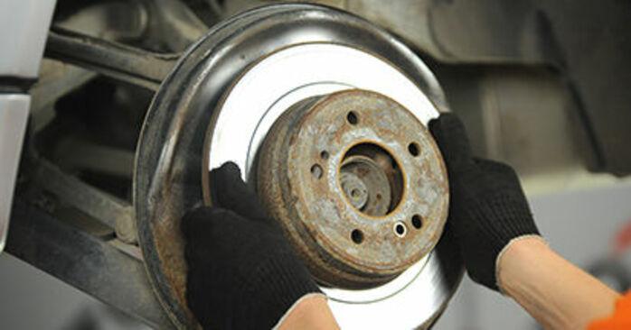 Wie schwer ist es, selbst zu reparieren: Bremsscheiben Mercedes W210 E 240 2.4 (210.061) 2001 Tausch - Downloaden Sie sich illustrierte Anleitungen