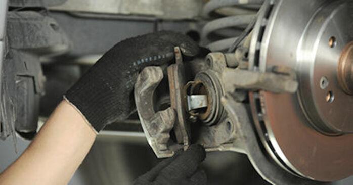 Ersetzen Sie Bremsbeläge am Mercedes W210 1996 E 300 3.0 Turbo Diesel (210.025) selbst