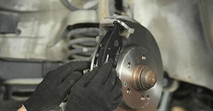 Schrittweise Anleitung zum eigenhändigen Ersatz von Mercedes W210 1999 E 320 CDI 3.2 (210.026) Bremsbeläge