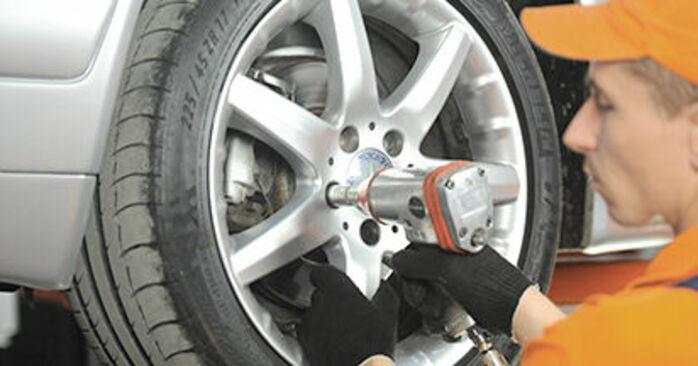 Wie man Bremsbeläge am MERCEDES-BENZ E-Klasse Limousine (W210) 2000 wechselt – Laden Sie sich PDF-Wegleitungen und Videoanweisungen herunter