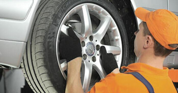 Wie man MERCEDES-BENZ E-Klasse Limousine (W210) E 300 3.0 Turbo Diesel (210.025) 1996 Bremsbeläge austauscht - Schrittweise Handbücher und Videowegleitungen