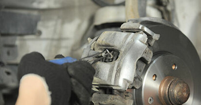 Wie kompliziert ist es, selbst zu reparieren: Bremsbeläge am Mercedes W210 E 240 2.4 (210.061) 2001 ersetzen – Laden Sie sich illustrierte Wegleitungen herunter