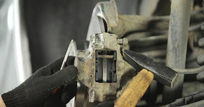MERCEDES-BENZ E-CLASS E 220 D 2.2 (210.004) Bremsbeläge ausbauen: Anweisungen und Video-Tutorials online