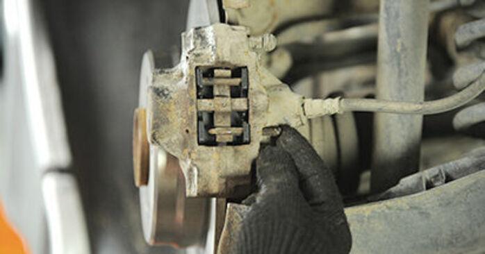 Austauschen Anleitung Bremsbeläge am Mercedes W210 1996 E 300 3.0 Turbo Diesel (210.025) selbst