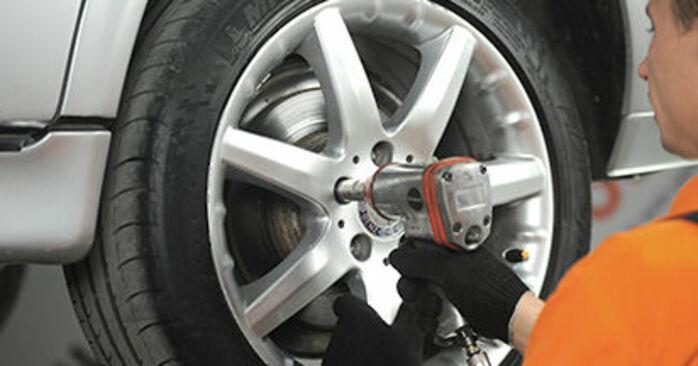 Schritt-für-Schritt-Anleitung zum selbstständigen Wechsel von Mercedes W210 1999 E 320 CDI 3.2 (210.026) Bremsbeläge