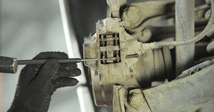 Bremsbeläge Mercedes W210 E 200 2.0 (210.035) 1997 wechseln: Kostenlose Reparaturhandbücher