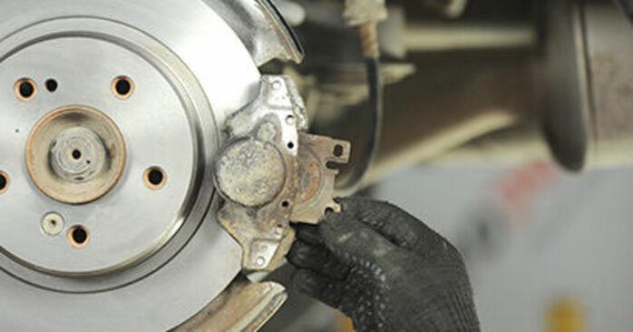 Wie schwer ist es, selbst zu reparieren: Bremsbeläge Mercedes W210 E 240 2.4 (210.061) 2001 Tausch - Downloaden Sie sich illustrierte Anleitungen