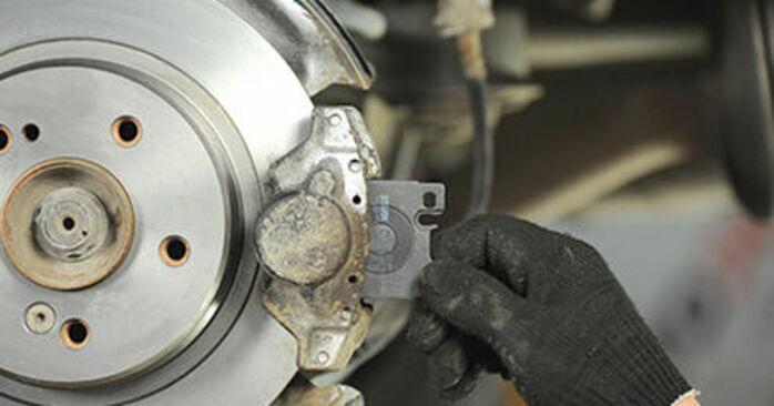 Bremsbeläge beim MERCEDES-BENZ E-CLASS E 200 CDI 2.2 (210.007) 2002 selber erneuern - DIY-Manual