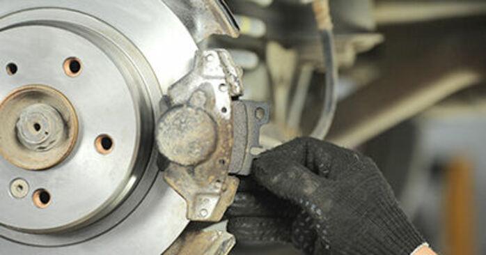 Bremsbeläge Ihres Mercedes W210 E 230 2.3 (210.037) 2003 selbst Wechsel - Gratis Tutorial