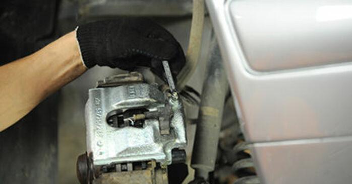 Austauschen Anleitung Bremssattel am Mercedes W210 1996 E 300 3.0 Turbo Diesel (210.025) selbst