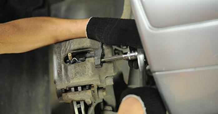 Bremssattel beim MERCEDES-BENZ E-CLASS E 200 CDI 2.2 (210.007) 2002 selber erneuern - DIY-Manual