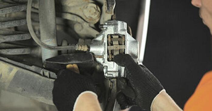 Bremssattel am MERCEDES-BENZ E-Klasse Limousine (W210) E 270 CDI 2.7 (210.016) 2000 wechseln – Laden Sie sich PDF-Handbücher und Videoanleitungen herunter