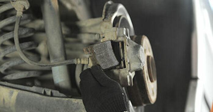 Wie schwer ist es, selbst zu reparieren: Bremssattel Mercedes W210 E 240 2.4 (210.061) 2001 Tausch - Downloaden Sie sich illustrierte Anleitungen