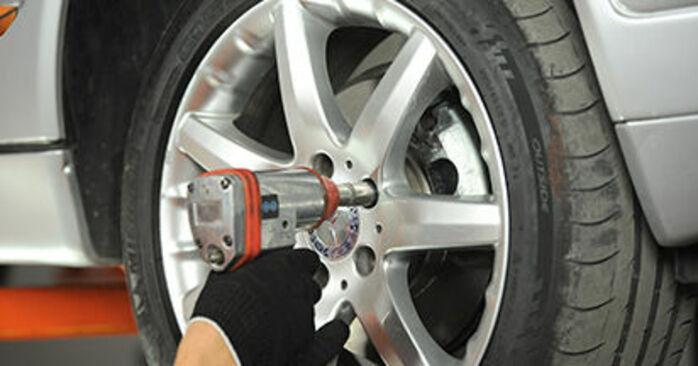 Austauschen Anleitung Spurstangenkopf am Mercedes W210 1996 E 300 3.0 Turbo Diesel (210.025) selbst