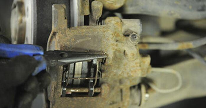 Trinn-for-trinn anbefalinger for hvordan du kan bytte Peugeot 406 Stasjonsvogn 2000 2.2 Bremseklosser selv
