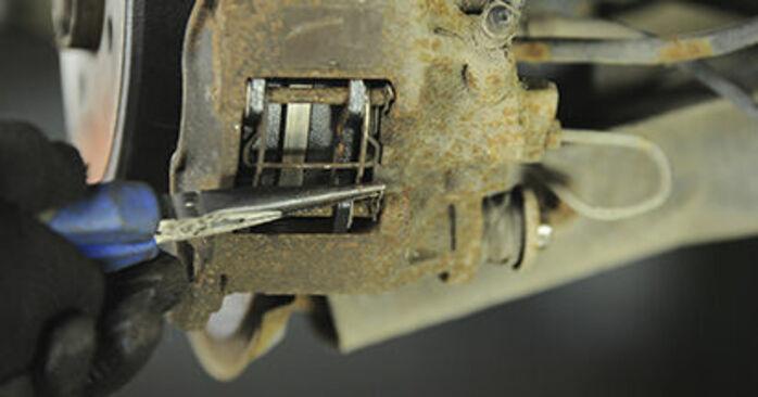 Hvordan bytte PEUGEOT 406 Break (8E/F) 1.8 16V 2001 Bremseklosser selv – veiledning på nettet