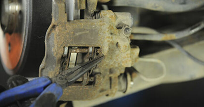 Hvordan bytte Bremseklosser på PEUGEOT 406 Break (8E/F) 2.0 HDI 90 1999 selv