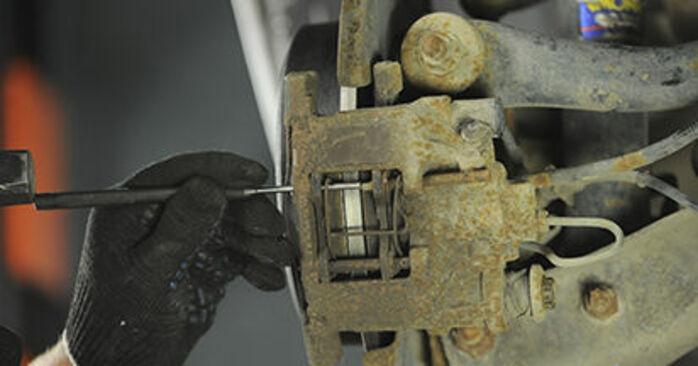 Hvordan skifte Bremseklosser på PEUGEOT 406 Break (8E/F) 2001: Last ned PDF- og videoveiledninger