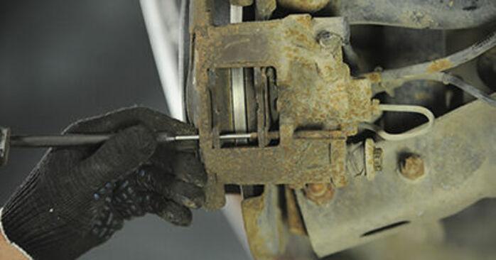 Vanskelighetsgrad: Bytte av Bremseklosser på Peugeot 406 Stasjonsvogn 2.0 HDi 110 2002 – last ned illustrert veiledning