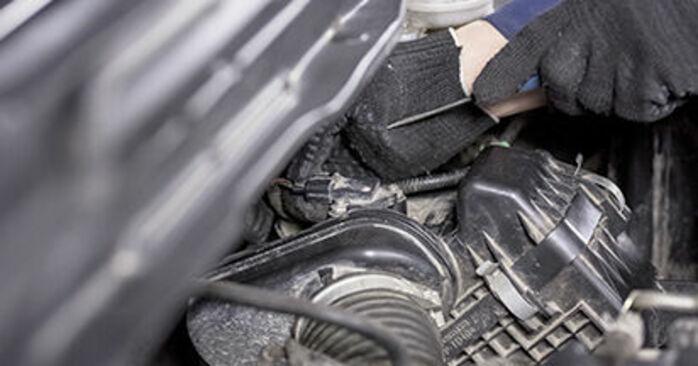 Wymiana Filtr powietrza Honda CR-V III 2006 - darmowe instrukcje PDF i wideo