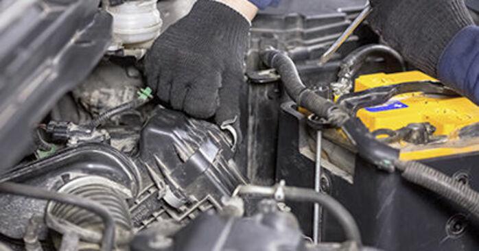 Jak trudno jest to zrobić samemu: wymień Filtr powietrza w Honda CR-V III 2.4 i-Vtec 4WD 2012 - pobierz ilustrowany przewodnik