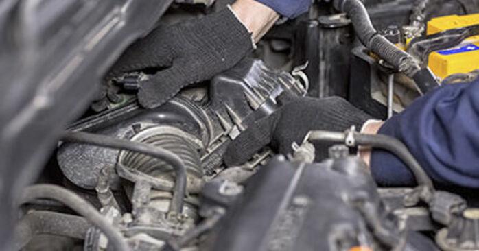 Filtr powietrza w HONDA CR-V III (RE) 2.2 i-DTEC 4WD (RE6) 2020 samodzielna wymiana - poradnik online