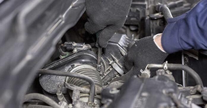 Wymiana Honda CR-V III 2.0 i 4WD (RE5) 2008 Filtr powietrza: darmowe instrukcje warsztatowe