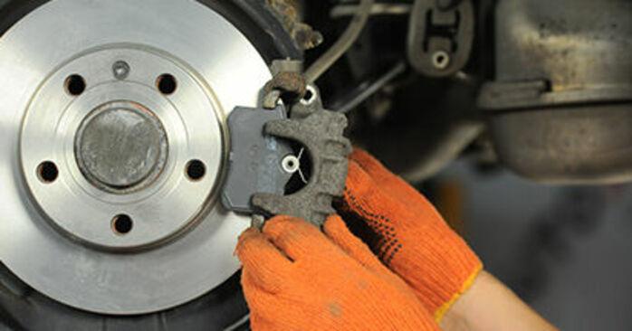 AUDI A4 1.9 TDI Bremsbeläge ausbauen: Anweisungen und Video-Tutorials online