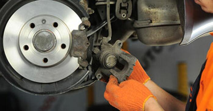 Wie AUDI A4 2.0 TFSI quattro 2008 Bremsbeläge ausbauen - Einfach zu verstehende Anleitungen online