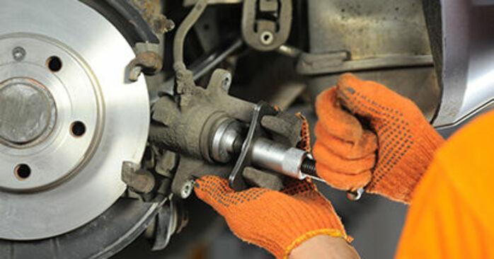 Wie schwer ist es, selbst zu reparieren: Bremsbeläge Audi A4 b7 1.8 T 2005 Tausch - Downloaden Sie sich illustrierte Anleitungen