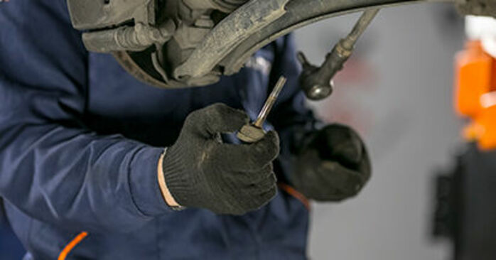 Kuinka vaikeaa on tehdä itse: Alatukivarsi-osien vaihto MITSUBISHI COLT VI (Z3_A, Z2_A) 1.1 LPG 2008 -autoon - lataa kuvitettu opas
