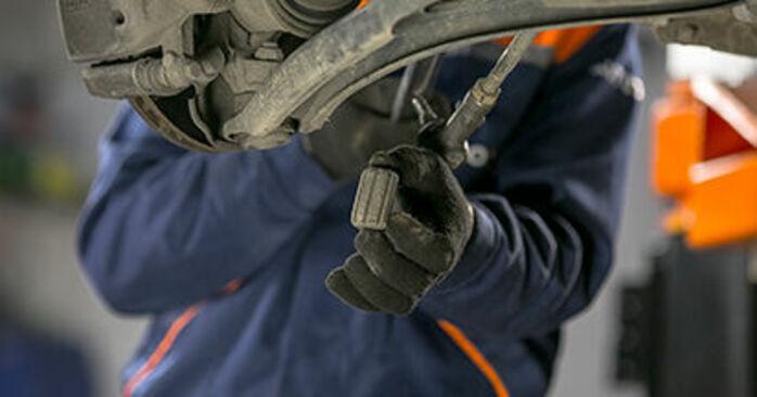 MITSUBISHI COLT 2009 -auton Alatukivarsi: vaihe-vaiheelta -vaihto-opas