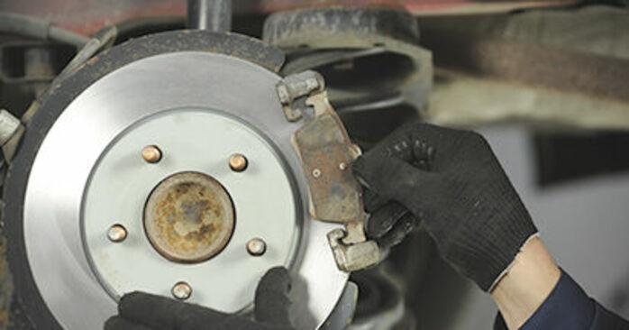 Wechseln Bremsscheiben am MAZDA 3 (BK) 2.3 MPS Turbo 2006 selber