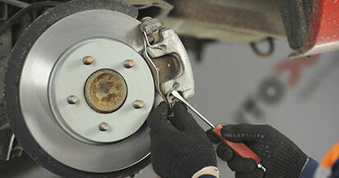 Sustitución de Pastillas De Freno en un Mazda 3 bk 1.6 DI Turbo 2005: manuales de taller gratuitos