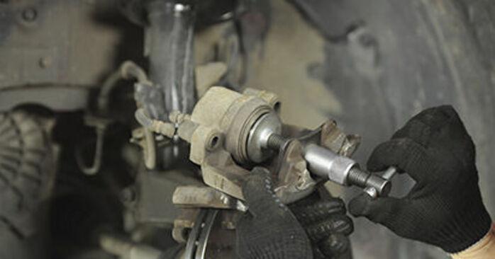 Wymień samodzielnie Klocki Hamulcowe w Mazda 3 bk 2006 1.6