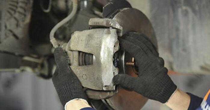 Zalecenia krok po kroku dotyczące samodzielnej wymiany Mazda 3 bk 2009 1.4 Klocki Hamulcowe